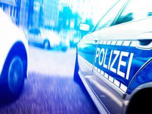 Flucht vor der Polizei - Unfall verursacht