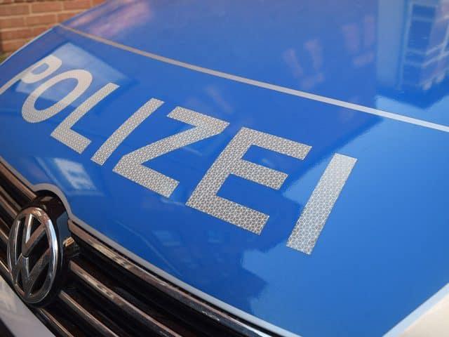 Motorhaube eines Polizeiautos mit der Aufschrift Polizei