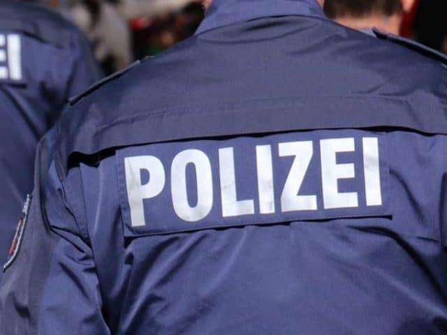 Polizist im Autofenster mitgeschleift