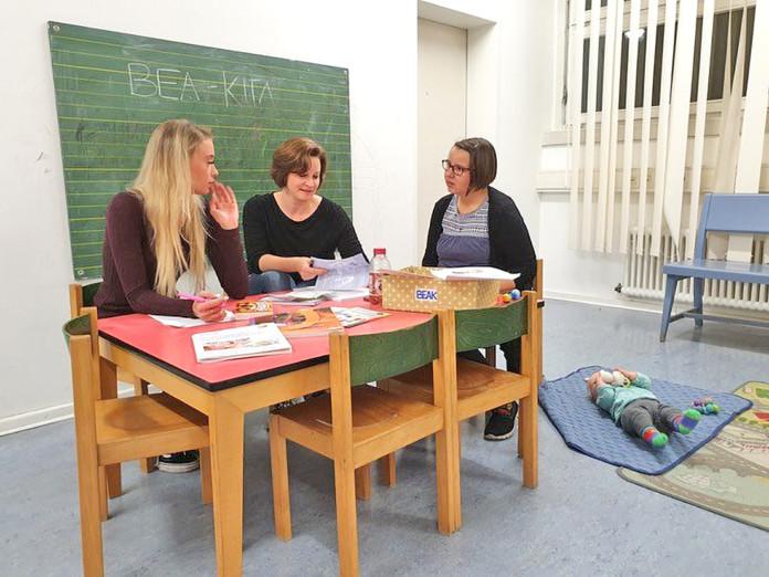 Vorstandssitzung des BEA-Kita - Renate Ramchen mit der Vorstandsvorsitzenden Irina Rendok und Franziska Krüger (v.r.n.l.) - auf der Krabbeldecke die zweite Tochter von Frau Krüger, Bild: dsd