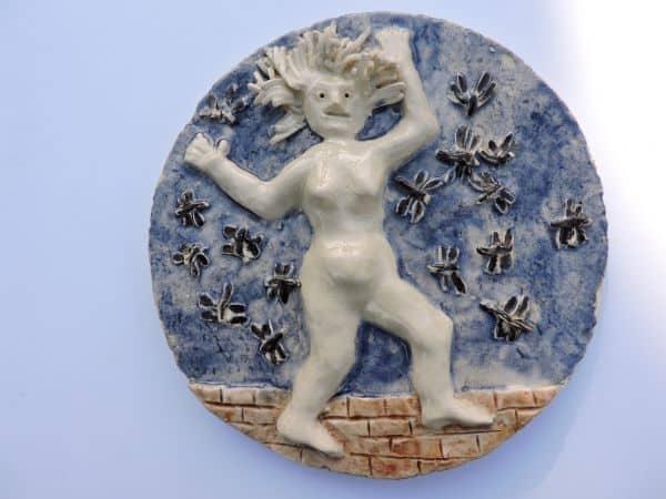 Tonskulptur mit nackter Frau auf blauem Kreis
