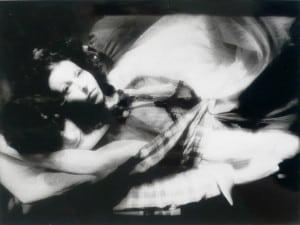 Das schwarz-weiße Foto zeigt verschwommen zwei sich umarmende Menschen
