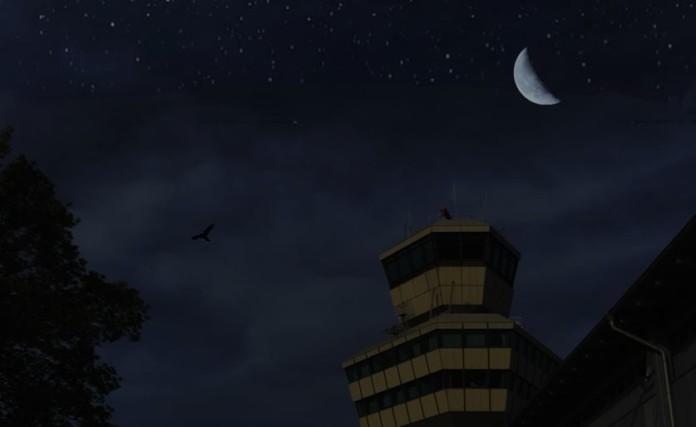Der Flughafentower in Tegel mit Mond