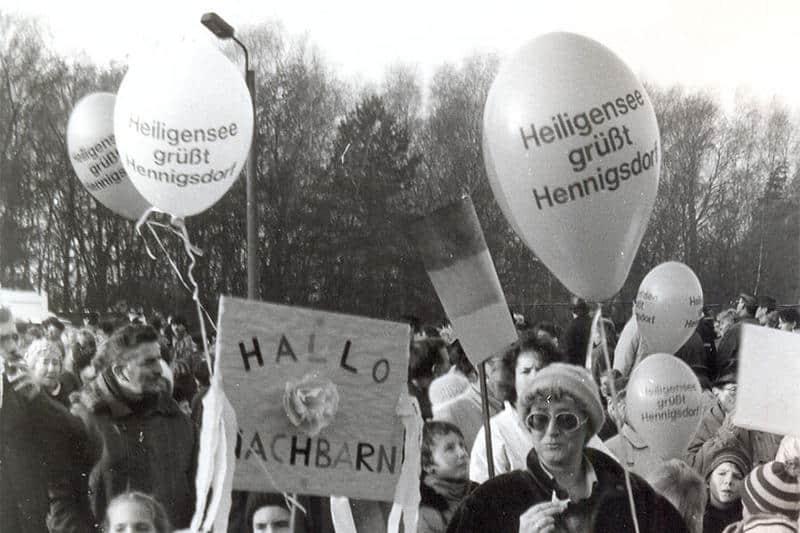 schwarz-weiß-Fotografie von Menschen mit Luftballons