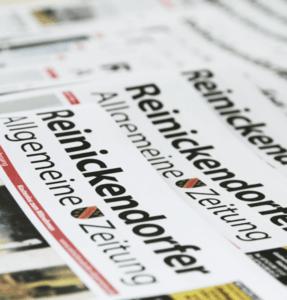 ein Stapel von RAZ Zeitungen