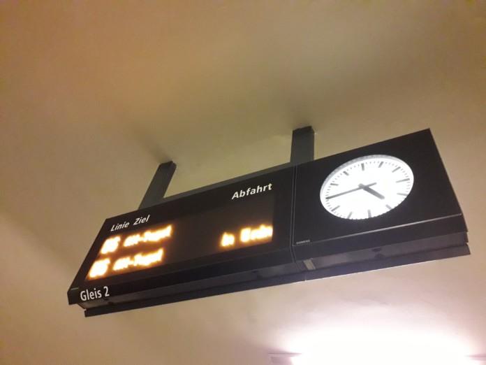 Anzeigetafel im U6-Bahnhof