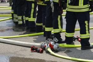 Feuerwehr löscht Werkhallendach in Wittenau