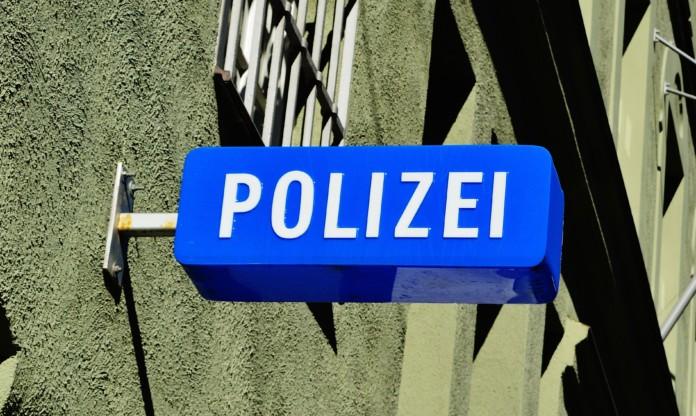 Polizei-Schild an Haus