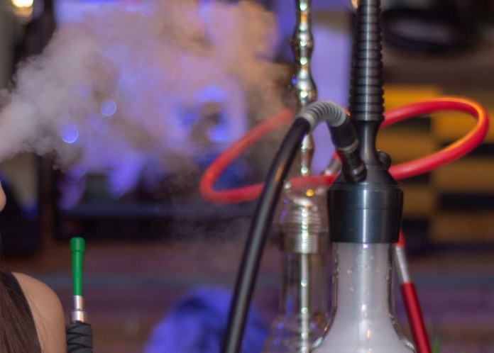 Shisha-Pfeife mit Rauch