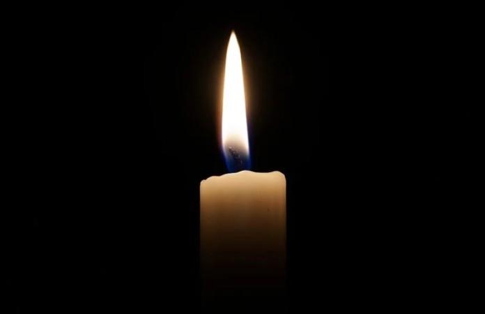 Eine Kerze vor schwarzem Hintergrund