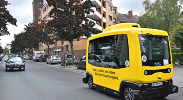 Der kleine gelbe autonome Shuttle-Bus auf Tegels Straßen