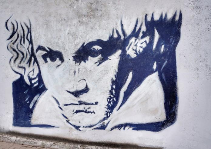 Ein Porträt Ludwig van Beethovens auf einer Wand