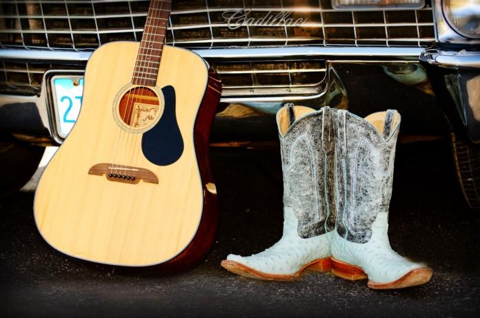 Gitarre und Cowboystiefel