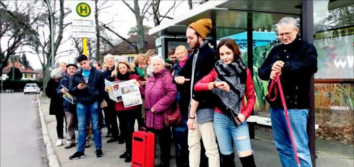 Menschen an Bushaltestelle