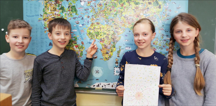 Vier Kinder vor Weltkarte