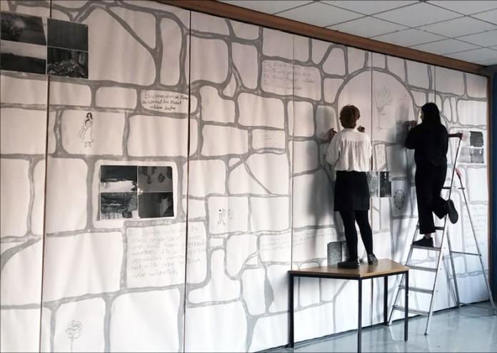 Zwei Menschen vor Wand