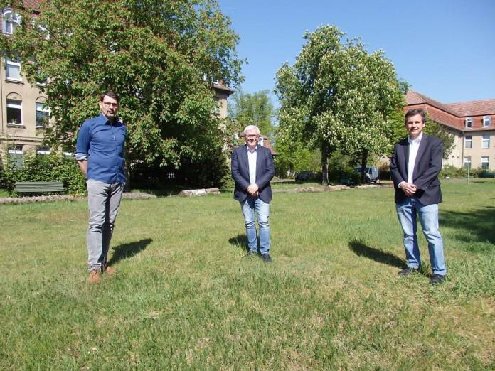 drei Männer auf einer Wiese