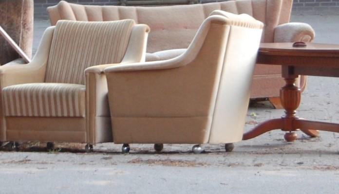 draußen abgestellte Möbel