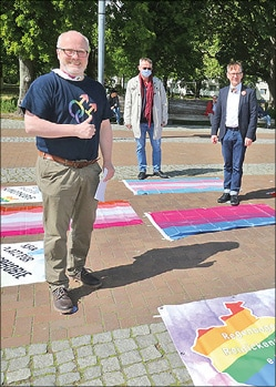 drei Männer bei Kundgebung