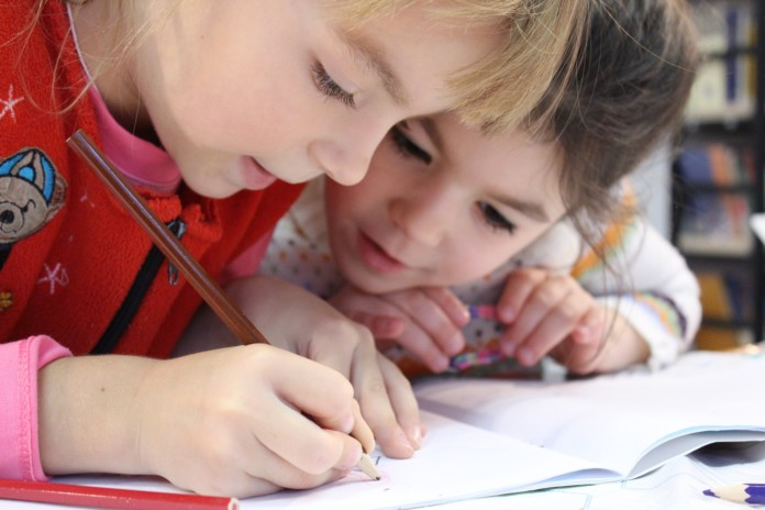 Kinder schreiben in ein Heft