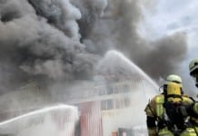 Großbrand mehrerer Lagerhallen in Tegel