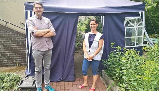 Mann und Frau vor einem Zelt