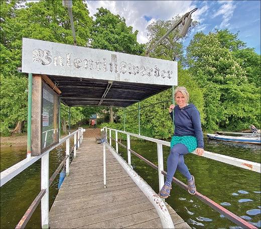 Frau auf Brücke am See