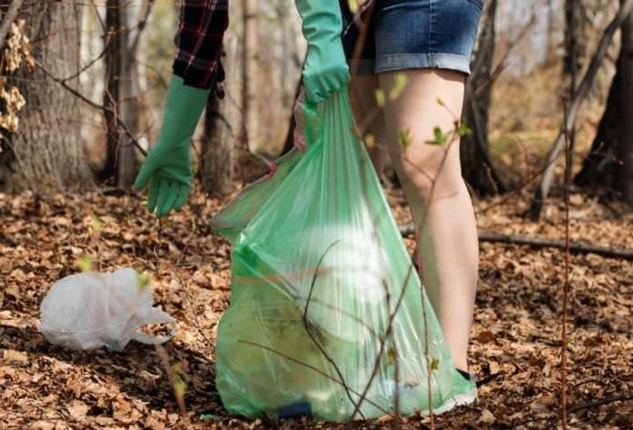 Frau sammelt wilden Müll in der Natur
