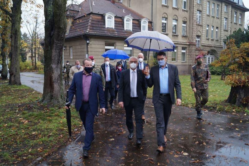 Männer mit Regenschirmen