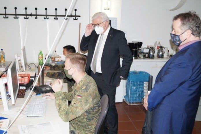 Bundespräsident (m.) und Bezirksbürgermeister (r.) im Austausch mit den Mitarbeitern im Lagezentrum (Bild: BA Reinickendorf)