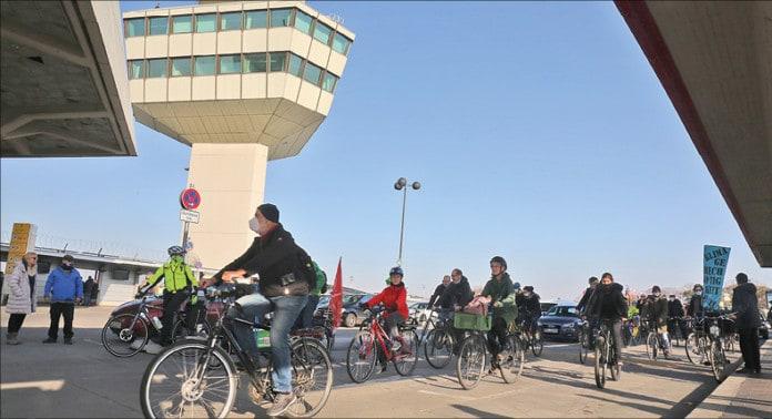 Flughafen Tegel - Radfahrer vor Tower