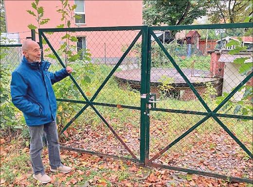 Mann vor Zaun