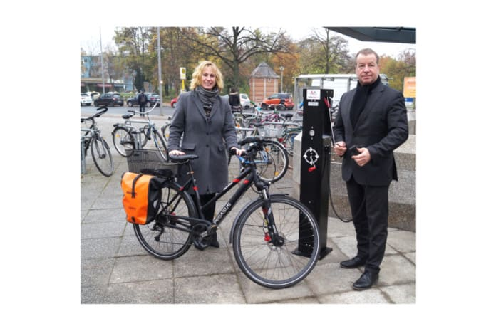 Bezirksbürgermeister Frank Balzer (r.) und Bezirksstadträtin Katrin Schultze-Berndt (l.) (beide CDU) an der Fahrradreparaturstation vor dem Haupteingang des Rathauses Reinickendorf (Bild: BA Reinickendorf)