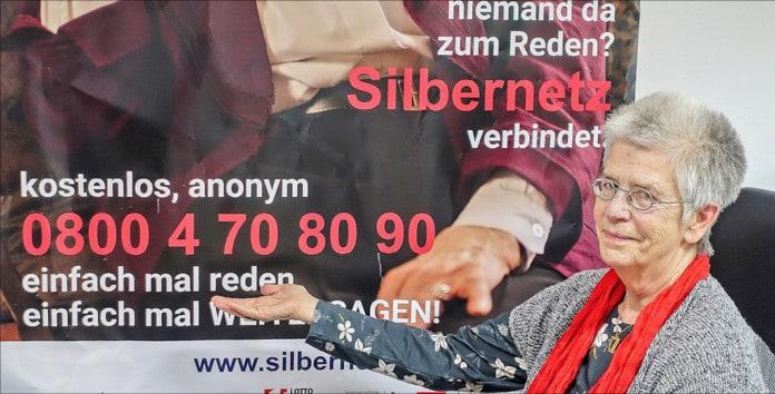 Seniorin vor Silbernetz-Telefonnummern