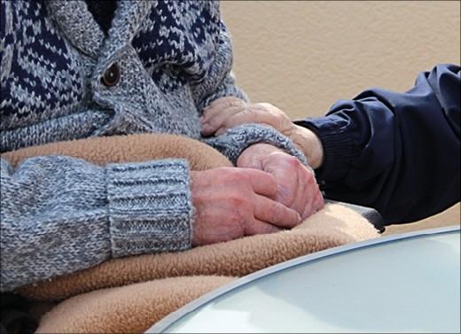 Hände eines älteren Menschen