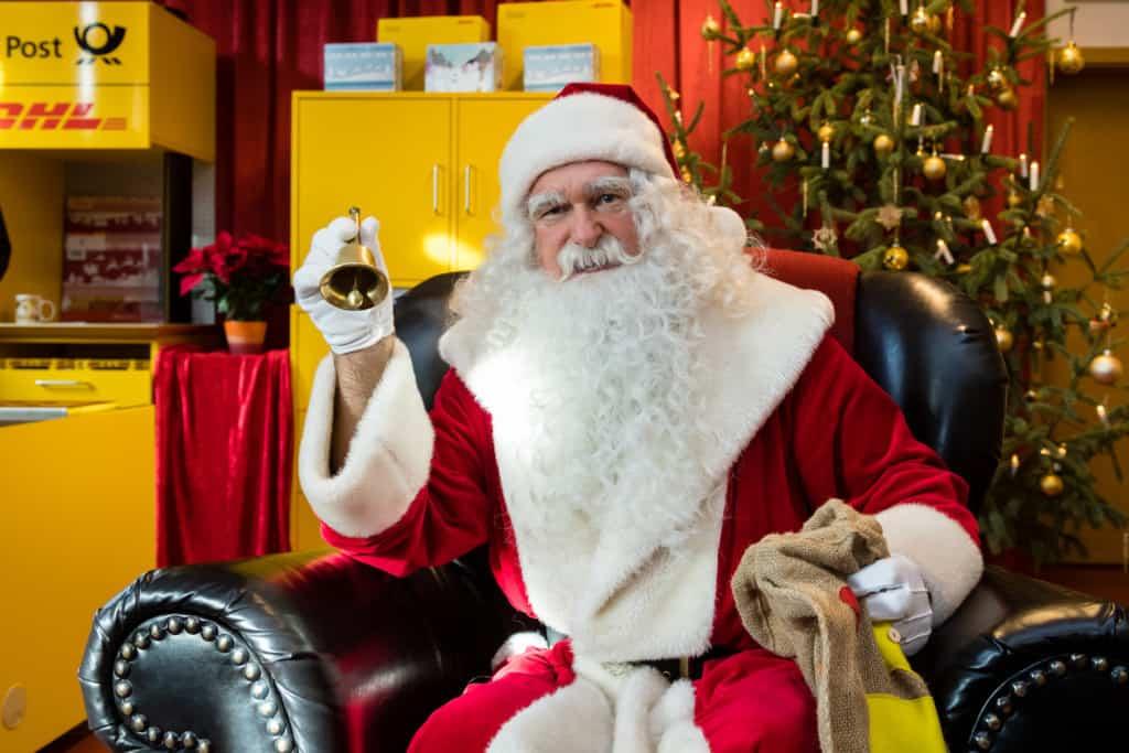 Weihnachtsmann in seiner Postfiliale in Himmelpfort