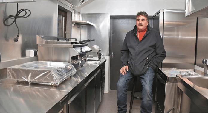 Mann in Gastronomieküche