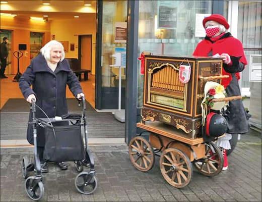 Seniorinnen mit Leierkasten