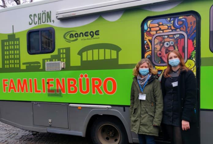 zwei Frauen vor grünem Bus mit der Aufschrift