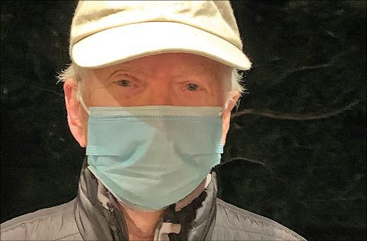 Mann mit Mund-Nasen-Maske