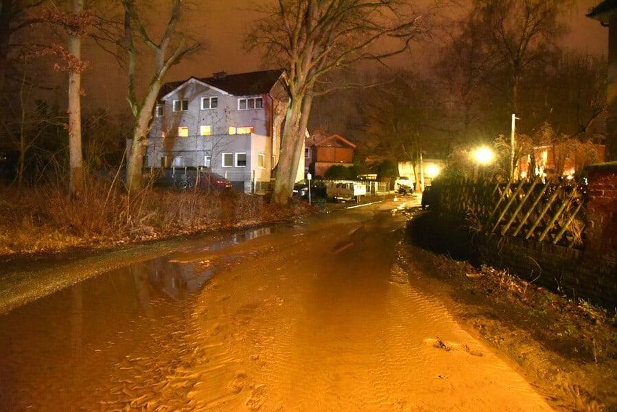 von Wasser überspülte Straße