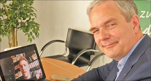 Mann am Schreibtisch mit Computer