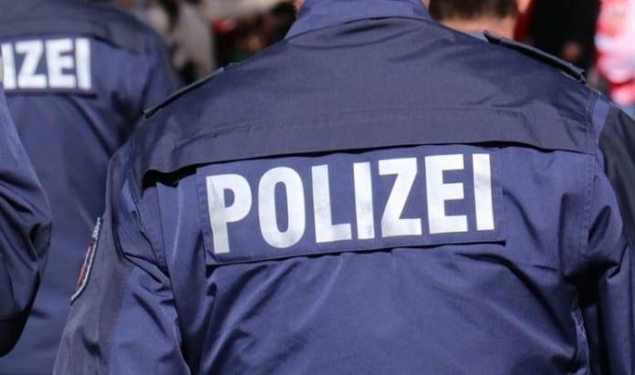 zwei Polizisten, von hinten fotografiert