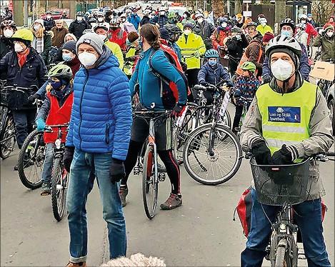 Menschen bei Fahrrad-Demo