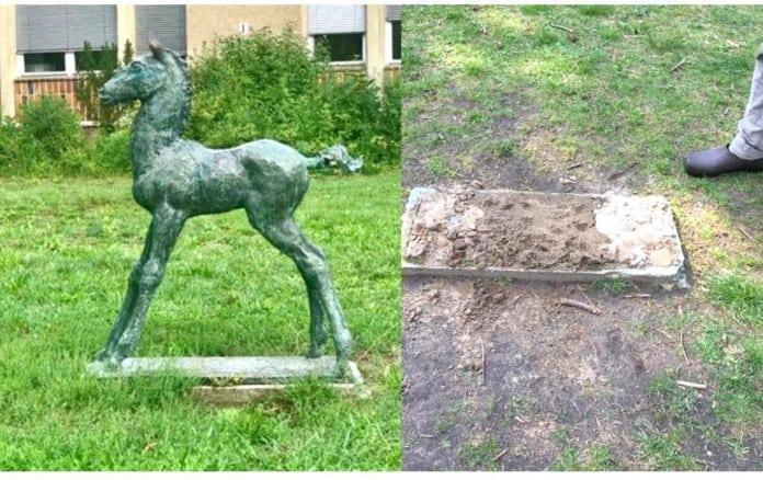 Fohlen-Statue und leerer Sockel