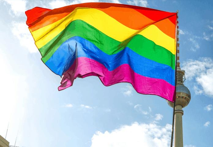 Regenbogenfahne vor dem Fernsehturm