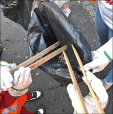 Greifzangen und Mülltüte