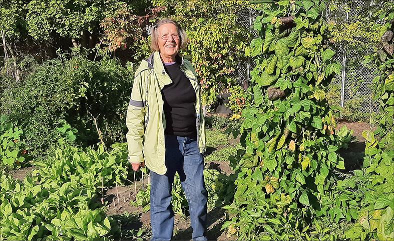 Ana Ema Planinc freut sich über reiche Ernte im Beettinchen. Foto: mfk